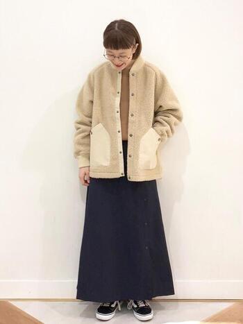 ボアだけでなく異素材ミックスのジャケットは、コーディネートに表情と変化を付けてくれるので、シンプルコーデ派さんにおすすめ。撥水加工のスカートと合わせればアクティブなシーンにもマッチ。