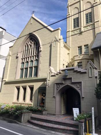 神戸・北野にあるフロインドリーブ本店。教会をリノベーションしたお店で、国の重要文化財に指定されています。この他、大丸神戸店・神戸阪急店もあります。