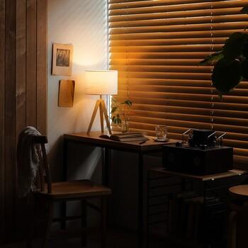 ふんわりとあたたかな灯りを届けてくれる、コンパクトタイプのテーブルライト。 持ち運びしやすいので、いつでも好きな場所で使えます。  シェードには屋根がなく、上部からも光が抜けるので間接照明のようなやさしさとぬくもりを感じられます。 脚には天然木、ファブリックシェードにはリネンが使用されており、ナチュラルで素朴な印象がとても素敵です。