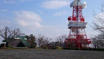 【湘南平・電波塔側では、電波塔内(画面右)と塔横の展望台(左側の緑の階段)の2箇所で眺望が楽しめる。】