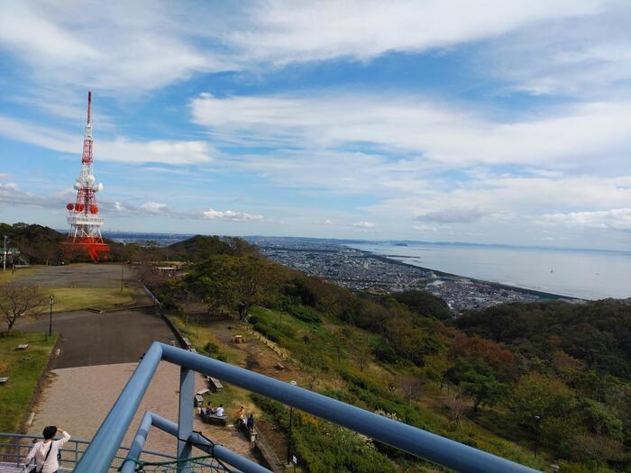 江ノ島や大島が浮かぶ相模湾の眺め。冠雪眩しい富士山の絶景。 丹沢山塊や箱根の山々が連なる景色。平野や丘陵地に今も残る里山の風景等など。  起伏に富んだ神奈川県内では、地域それぞれで個性的な景観、素晴らしい景色を楽しむことが出来ます。 【10月下旬の「湘南平」展望台からの相模湾の眺望】
