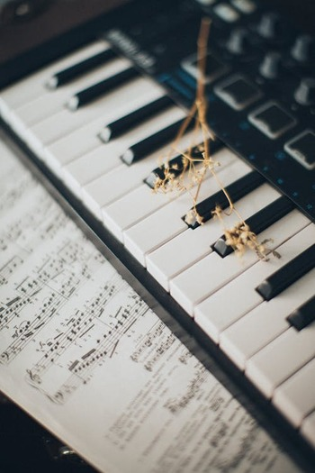 一般的におしゃれで洗練されているイメージのジャズは、カフェミュージックの定番ですよね。というのも、ジャズには早いテンポでもゆったりと聴こえるという特徴があるんです。  自由に揺れ動くリズムは、必然的に私たちの心を落ち着けてくれるんですね。ゆったりとした時間の流れを感じたい時は、ぜひ選びたいジャンルです。