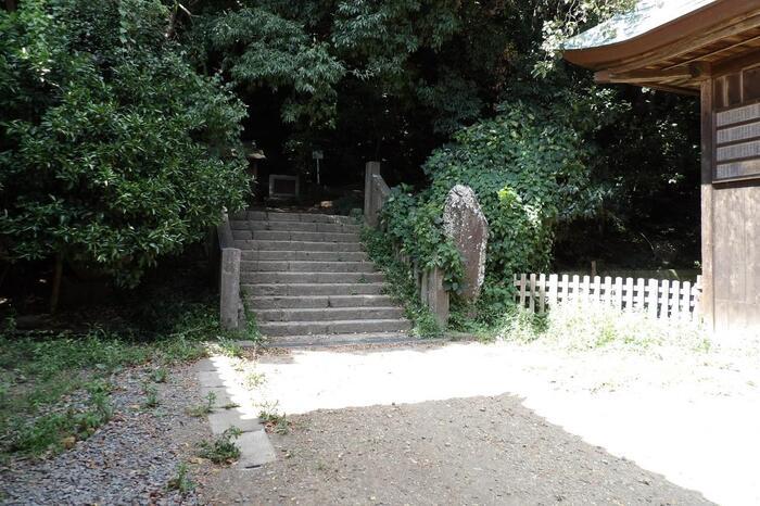 坂を下っていくと「高来神社(たかくじんじゃ)」の高麗山登り口に出ます。【「高来神社」の高麗山登り口】