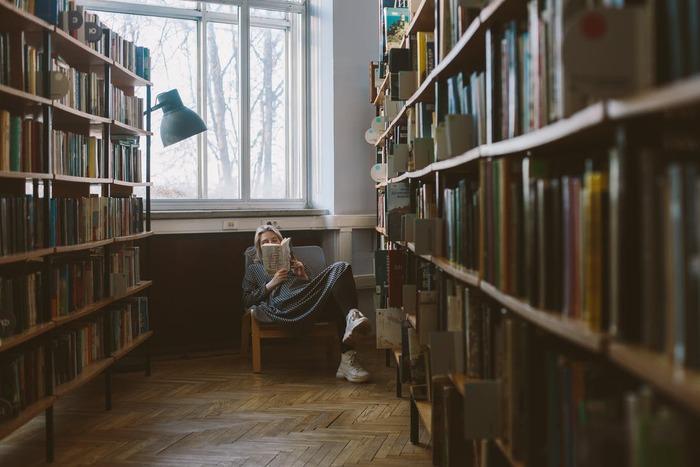 音楽でおうちをブックカフェに。読書時間を彩るカフェミュージック特集