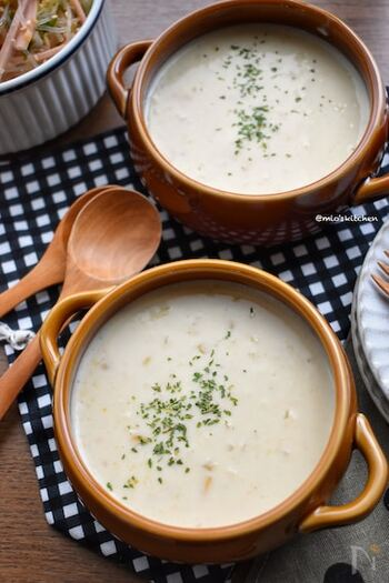 コーンクリーム缶と牛乳で作る基本のコーンスープです。みじん切りにした玉ねぎをしっかり炒めることで、野菜の甘さを引き出します。  牛乳は中身を出したコーンクリーム缶の空き缶を使うと簡単に計量できます。これならレシピも比率で覚えられるのでラクチンですね。  ☑ ミキサーなしで作れる