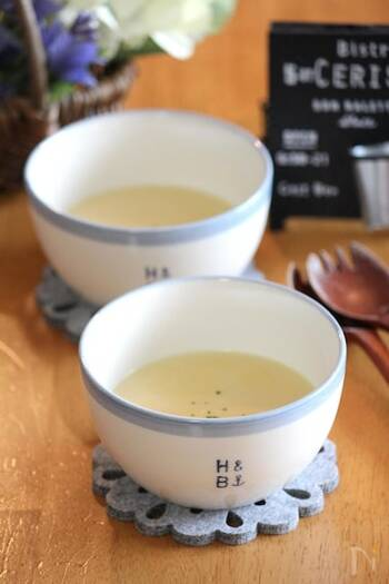 バターでじっくり小麦粉を炒めて、とろりと濃度の高いコーンスープに仕上げています。小麦粉がダマにならないように、水とコーンクリーム缶は少しずつくわえ、しっかりと伸ばしていくといいですね。  温めたコーンスープはザルで濾して、とうもろこしの皮を取り除き、口当たりをなめらかに。お玉などを使って、ザルにぎゅっと押し当てるようにすると、残らず濾せます。  ☑ ミキサーなしで作れる
