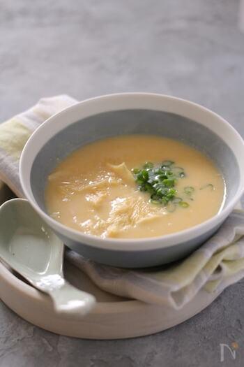 卵ではなく、ゆばを入れたユニークな中華風コーンスープです。  ヘルシーなゆばで満足感も出て、一石二鳥。ゆばも豆乳も強火で火にかけると、せっかくの風味が飛んでしまうので、弱火でコトコトがポイントですね。  ☑ ミキサーなしで作れる
