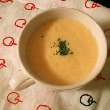 豆腐をミキサーでペースト状にしてから、クリームコーン缶と合わせます。  水や牛乳を加えないのに、もったりとやわらかなとろみがついて、食欲のない時でもするりと食べられるコーンスープが完成!卵も入っているのでたんぱく質もたっぷりです。  ☑ ミキサーが必要