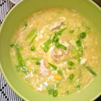 鶏のささ身、絹さや、粒コーンがたっぷりと入ったボリュームのある卵入り中華コーンスープです。優しい味わいの鶏ささ身とコーンに対して、シャッキリとした絹さやが食感のいいアクセントになっています。  緑が入ると見栄えも一気に華やかになって、とても美味しそうです。  ☑ ミキサーなしで作れる