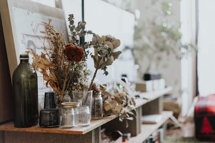 生花を飾るのと同じ感覚で、数種類のドライフラワーを飾ると素敵!花だけでなく葉も入れるとバランスが良いですね。茎が短い花は、小さめの瓶に入れて手軽に飾れます。
