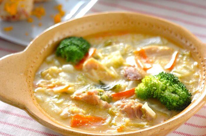 こちらは鶏もも肉にブロッコリー、白菜、人参と野菜もたっぷり入れた食べるスープといったテイストのクリームコーン煮です。  ほんのりとしたコーンの甘味とこんがり焼けた鶏もも肉がよく合います。ボリュームがあるので、メイン料理にもおすすめ。カラフルで可愛らしいひと品ですね。