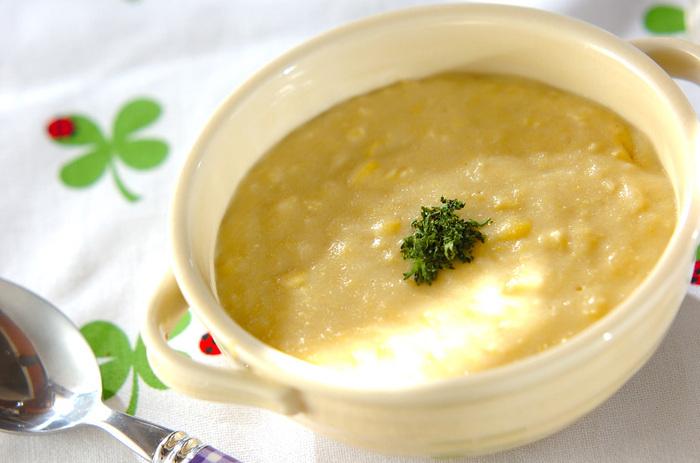 こちらはすりおろしたジャガイモでとろみをつけたコーンスープ。水にさらしてから、直接鍋にじゃがいもをすりおろしていくので、灰汁で変色してしまうこともありません。  とろみがついたら、バターを投入。コクと香りがプラスできます。  ☑ ミキサーなしで作れる