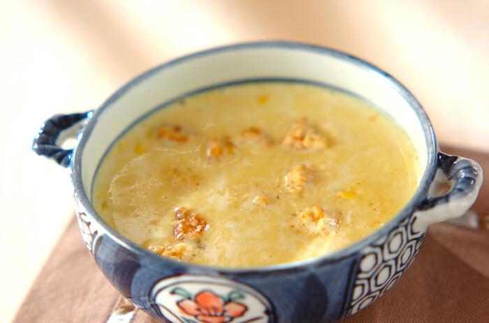 こちらはクリームスープにカレー粉をプラスして香りよく仕上げたひと品。  材料を合わせて煮るだけの簡単レシピなのに、普段のコーンスープとはひと味違った雰囲気に仕上がります。  ☑ ミキサーなしで作れる