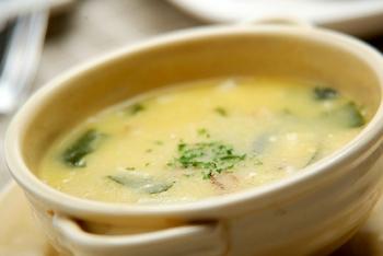 ワカメ、ベーコン、エノキをプラスしたちょっぴりユニークな味わいのクリームコーンスープです。コーンスープにワカメが入っているのは珍しいですよね。  鮮やかなグリーンが見え隠れして、つるりとした食感も楽しく、クセになる味わいです。  ☑ ミキサーなしで作れる