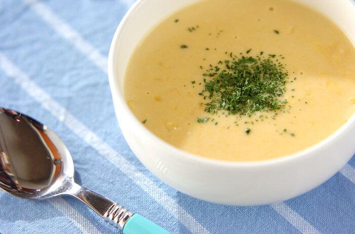 洋風か中華風の味わいが多いコーンスープですが、こちらは味噌を合わせ、ちょっぴり和風なテイストに。  まろやかなコーンクリームと味噌が絶妙にマッチして、奥深い味わいが生まれます。  ☑ ミキサーなしで作れる