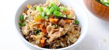 「ジューシー」とは沖縄風の炊き込みご飯です。干しシイタケとひじきの戻し汁、豚肉のゆで汁で炊き込みます。豚肉のゆで汁はアクを取り除くこともポイント。素材のうま味をたっぷり吸ったジューシーは、具だくさんでお腹も満たされますよ。おもてなしにもおすすめです♪