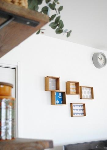 100均の木製トレイに好きなデザインの紙を貼ったアレンジ。こちらはこびょうを使って壁に取り付けているそう。いくつかランダムに並べて飾ることで、遊び心が感じられますね。