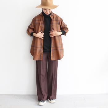 キャラメルブラウンをベースにしたチェックシャツ。トップスや羽織としてメインに使うのはもちろん、腰に巻いたり肩にかけたりして差し色アイテムとしても楽しめます。