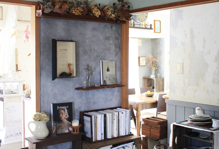 「壁に自分の好きな色を塗りたい!」という方は、自分で壁を作ってみましょう。このグレーの壁はベニヤ板を使って作ったオリジナルの壁。ベニヤ板の四隅を木材で囲んで細い釘で固定していますが、画鋲ほどの大きさなので賃貸でも大丈夫なんだそう。オリジナルの壁にモルタル風のペイントを施し洗練された印象です。