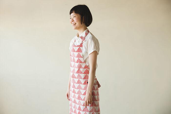 お洋服を汚さずに家事ができるエプロンは一つあると便利。ワンピースなど、大きめの古着で作りましょう。