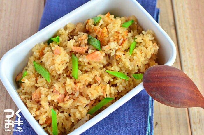 鮭とキノコのやさしい味わいの炊き込みご飯です。鮭の骨抜きを丁寧にして、調味液に20分程度漬け込んでから炊き上げます。仕上げにきぬさやを散らして彩りをプラス。お好みで塩昆布やゴマをかけても美味しいのでおすすめなのだそう♪