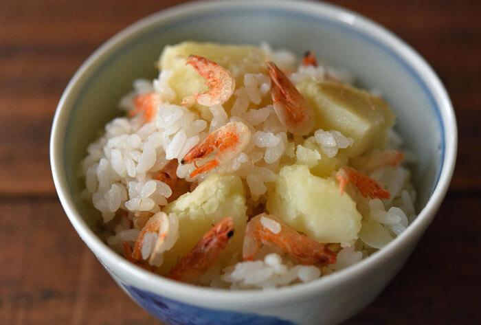 じゃがいもと桜えびを炊き込めば、味つけはシンプルに塩だけで美味しい炊き込みご飯に◎ じゃがいものホクホク食感と桜えびの食べ応えが相性抜群!じゃがいもは男爵がおすすめ。じゃがいもを軽くつぶして食べやすくしても美味◎