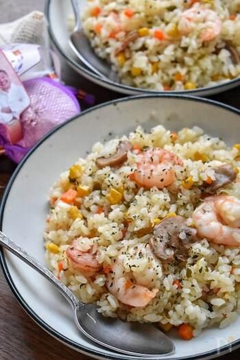 にんにくの香りと海老のうま味がたまらない!炊飯器で作る海老ピラフです。海老は炊き上がった後に入れて、保温で火を通すことでぷりぷりの食感になるのだそう◎野菜もたくさん食べられる食べ応えのある炊き込みご飯は、ランチにも夜ご飯にもいいですね。
