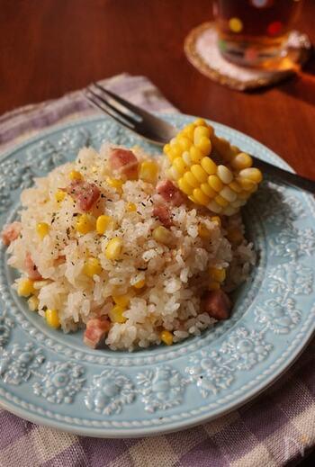 トウモロコシとベーコンの洋風炊き込みご飯です。ベーコンととうもろこしのうま味のきいた美味しい炊き込みご飯。トウモロコシは芯ごと炊き込むことでうま味が出て、より美味しくなるのだとか。仕上げにバターをのせて召し上がれ♪