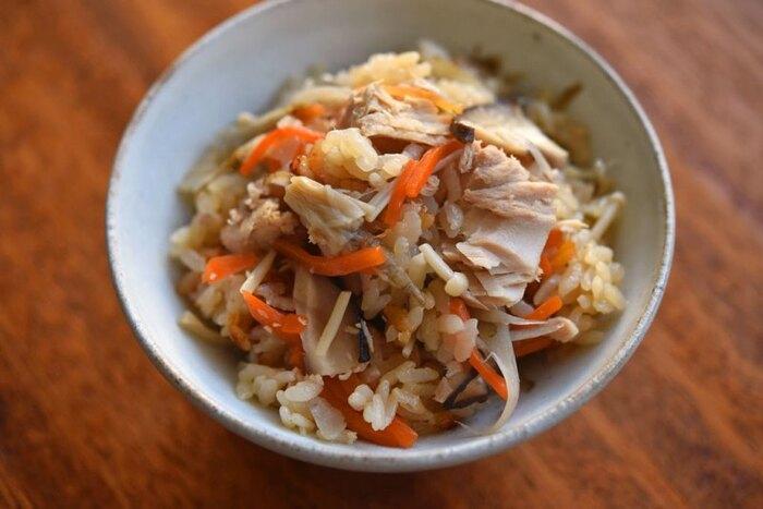 ツナ缶を使った五目炊き込みご飯です。香りの強いツナ缶を使うときは、同じく香りの強い野菜を組み合わせると美味しくなるのだそう。ツナ缶と野菜からダシが出るので、シンプルな味付けでいただきます。忙しいときにも覚えておくと役立つレシピです♪