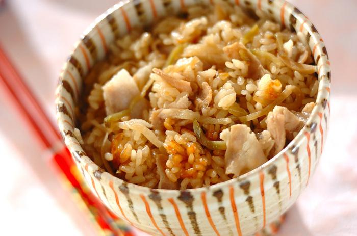 豚バラ肉とザーサイで作る、中華風の炊き込みご飯です。豚バラ肉と切り干し大根のうま味がご飯に染み込みます。ザーサイの食感、生姜の風味が美味しいアクセントに。お米をもち米に変えるとちまき風になるのだそう◎