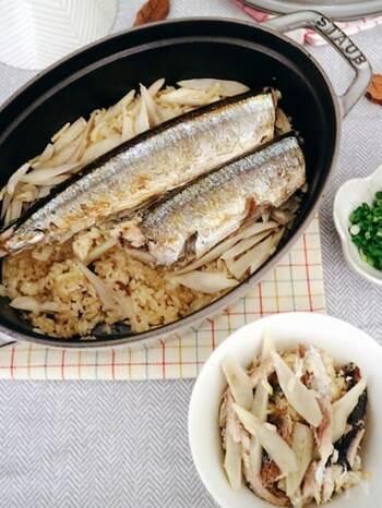 秋刀魚の美味しさが堪能できる、ごぼうの香りが漂う炊き込みご飯です。秋刀魚はパサつかないように、焼き過ぎずにほど良い焦げ目に焼くのがポイントなのだそう。栄養たっぷり◎炊飯器でも作れるそうですよ。