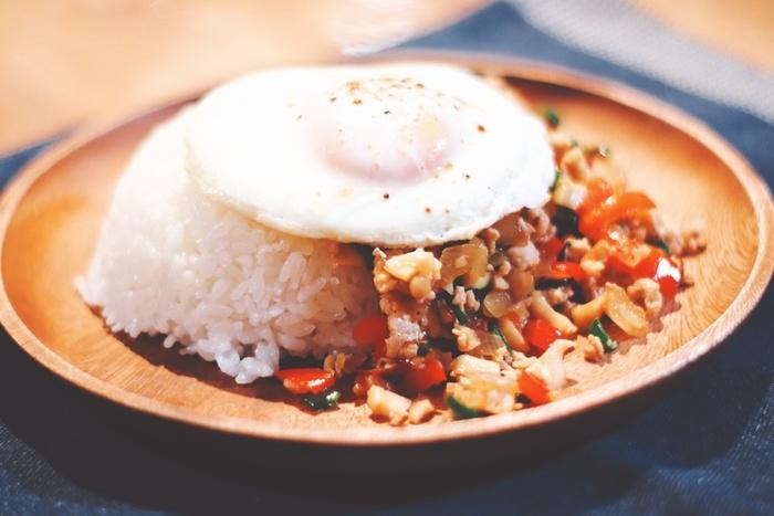 タイ料理には、ご飯や麺などの主食を使ったおなじみの料理が多く、ワンプレートやワンボウルメニューも豊富なので、ランチタイムにぴったり。いつもの丼やパスタの代わりに取り入れやすいので、ぜひタイ風ランチに挑戦してみてください。