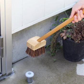 汚れがたまりやすい玄関やベランダの隅には小さめサイズのミニデッキブラシがおすすめ◎ブラシがきちんと当たってしっかりと汚れを落としてくれます。