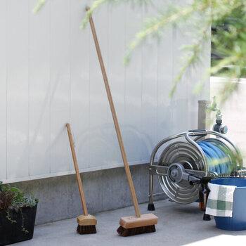 プールサイドのお掃除でおなじみのデッキブラシを、自宅でも使ってみませんか?ゴシゴシ洗う雰囲気が懐かしい松野屋のデッキブラシは、持ち手は木、ブラシ毛は耐久性の強いシダを使用。天然素材で作られた温かみのあるデッキブラシです。