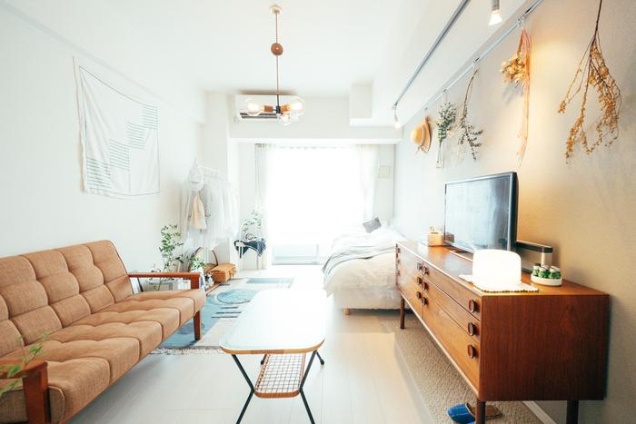 大きめのキャビネット型のテレビ台なので、テレビだけでなく加湿器やスピーカーなど他の家電も置けて便利ですね。ソファのフルームの色に合わせたテレビ台で、お部屋に統一感が生まれます。