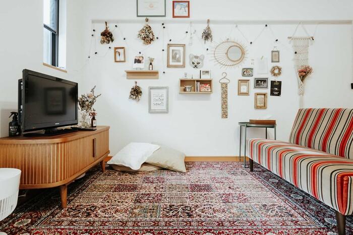 なめらかな曲線が可愛いテレビボードは「NOCE」のもの。脚付きのテレビボードは見た目がおしゃれなだけでなく、下にロボット掃除機をさりげなく収納でき、床のお掃除もラクラクできて実用的です。