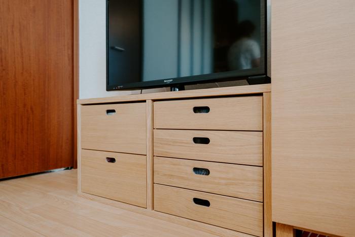 こちらの方は、無印良品のスタッキングシェルフをテレビ台として活用されているそうです。無駄のないシンプルなデザインで収納力もバッチリなので心強いですね。生活スタイルに合わせてシリーズで家具を増やせて便利です。
