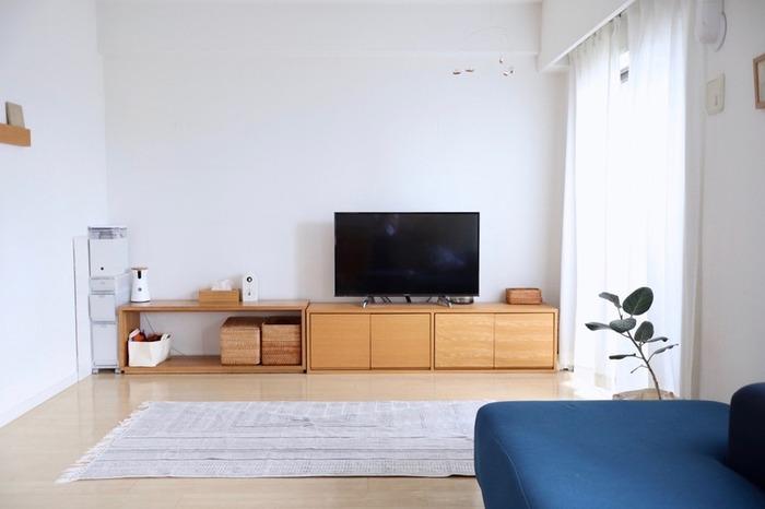 無印良品のスタッキングキャビネットをテレビ台に。扉付きで中のごちゃごちゃが見えず、生活感を隠せます。家具を低めに統一すると、お部屋が広く見えておすすめです。