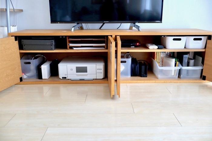 プリンターやwifi、ケーブルなどもすっきり収まります。こまごまとしたものは、入れるものに合わせてボックスを使って上手に収納。