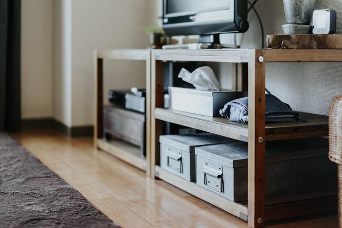 扉付きのテレビ台より解放感があるオープンシェルフなので、収納に使うボックス類もアンティーク風のものにこだわってあえて見せる収納に。