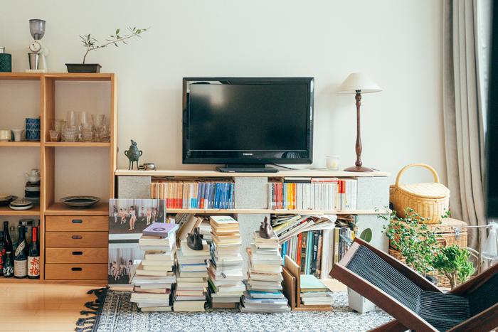 本が大好きな家主さん。本棚兼テレビ台は、ホームセンターで買ったブロックと板で自作したものだそうです。