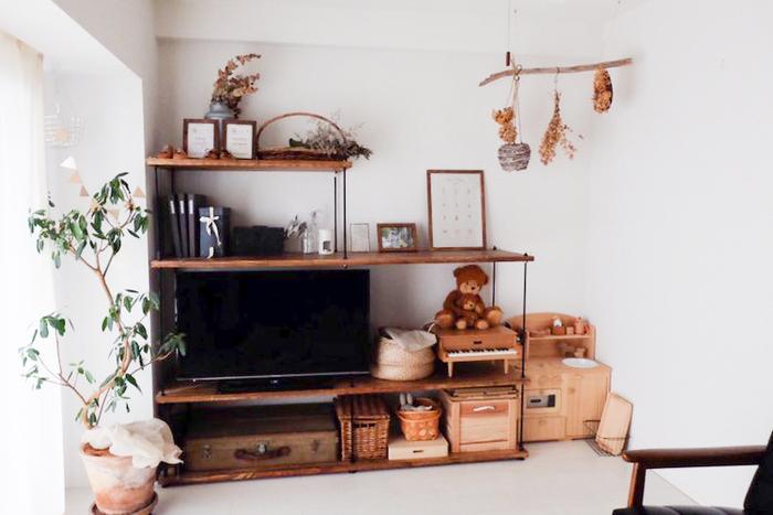 部屋のつくりや大きさに合わせて、自分たちで家具をDIYして使っている家主さん。リビングの壁面には、テレビボードと収納を兼ねる手作りの棚が。クールなイメージの黒のアイアンと、温もりあるダークな木の質感のコントラストが素敵ですね。