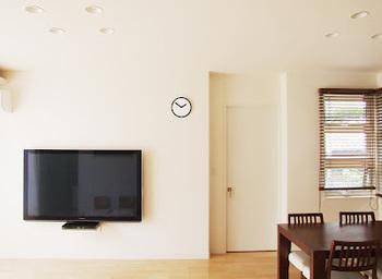 シンプル派の方は、あえてテレビ台は置かずに壁掛けしちゃうという手も!お部屋のスペースを取らず広々と使えますし、お掃除も引っ越しもラクと、いいことずくめです。