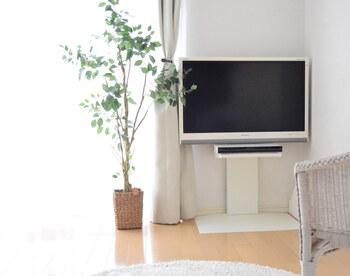 収納はブルーレイレコーダーのみというスリムなテレビスタンド。グッドデザイン賞も受賞したというハイセンスで無駄のないデザイン。