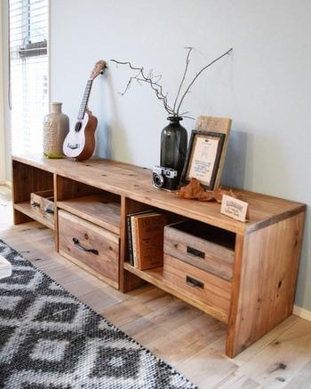 杉板を使ってテレビボードをDIY。ヴィンテージ風のペイントを施してこなれ感を出して。DIYだと、お部屋の大きさや生活スタイルに合わせてお気に入りのものを作れるからいいですね!愛着もひとしおです。