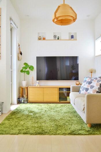 テレビ台は置くけど、テレビは壁掛けするという方も。家族が多くて収納するものが多いという方におすすめ。