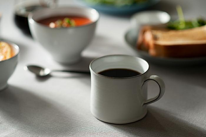 清潔感のある白いマグカップ。縁や取っ手に入った茶色が良いアクセントになっています。手作業で一つ一つ作られており、温かみを感じられるのがgood!約260ml入るMサイズは、シーンを問わず使いやすい大きさです。