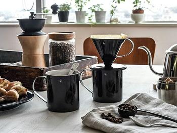 同じブランドのドリッパーと一緒に使うと、素敵なコーヒータイムを過ごせそう。黒一色でかっこいいテーブルコーディネートができますね。