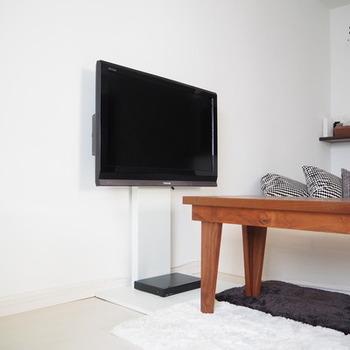 一見、壁掛け風に見えるテレビスタンド。シンプルで場所を取らず、生活感を隠せます。シンプルライフを実践したい方におすすめです。
