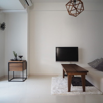 お気に入りの絵画を飾るようにテレビもスタンドに飾って。素敵な映像を流すとより雰囲気が出そうですね。